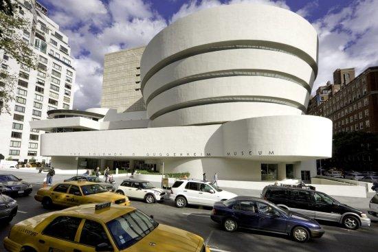 Joki hangstoel hangt in het Guggenheim Museum
