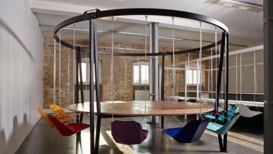 Hangstoel op kantoor in de vergaderruimte