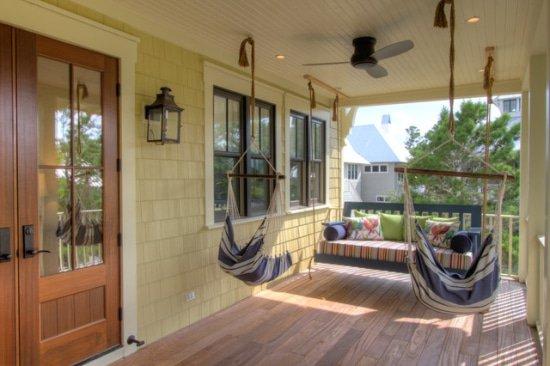 Hangstoel op de veranda